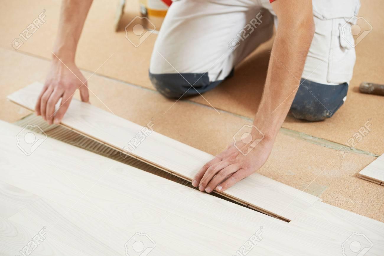 Revetement Sol Liege Avis ouvrier charpentier installation ou la réparation parquet au liège couche  de revêtement de sol