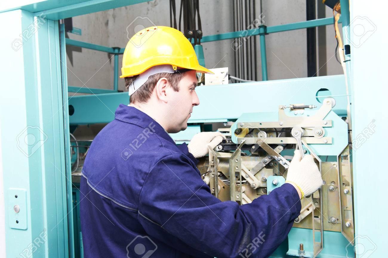 Hombre Trabajador Técnico Maquinista En El Trabajo De Ajustar El