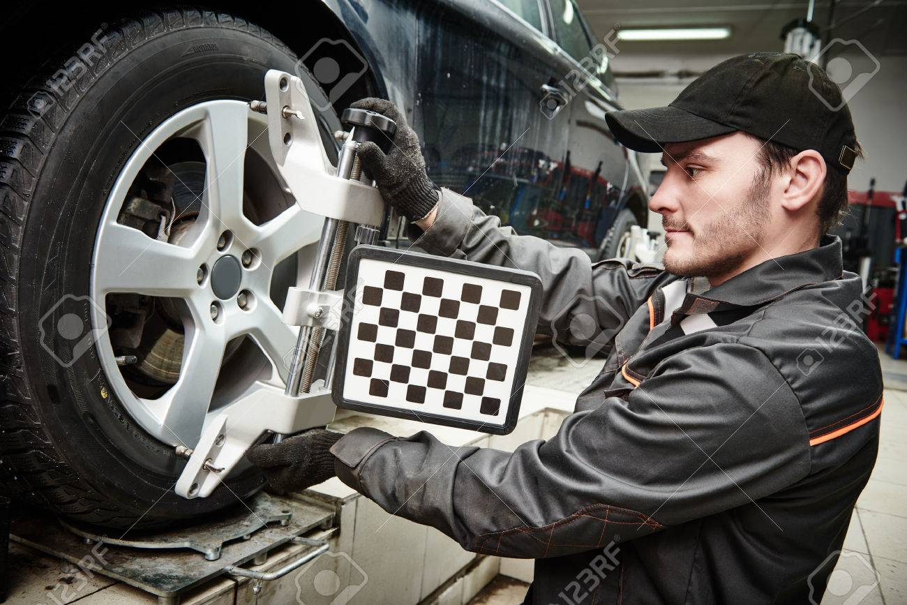 Kfz-Mechaniker Installation Sensor Während Fahrwerkseinstellung Und ...