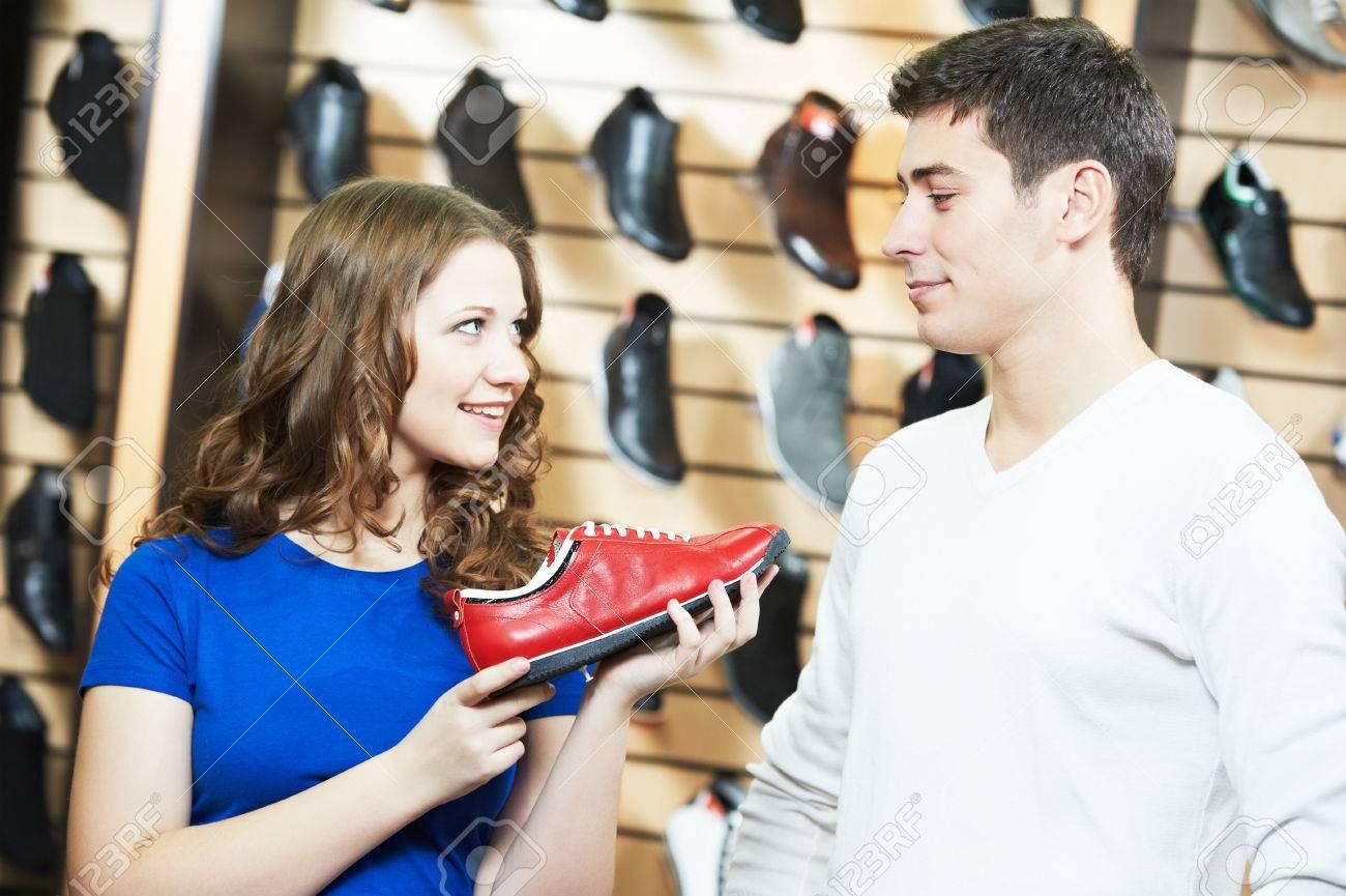 1ecfcec16081ac Banque d'images - Vendeur femme assistant à démontrer chaussures jeune  homme lors de chaussures shopping au magasin de chaussures