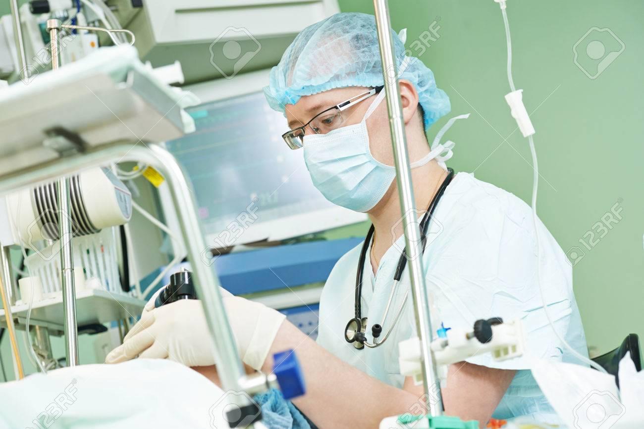 Anästhesist Chirurg In Uniform Während Herzchirurgischen Operation ...