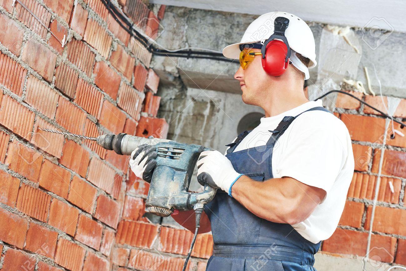 erbauerarbeitskraft mit pneumatischer bohrhammer perforator
