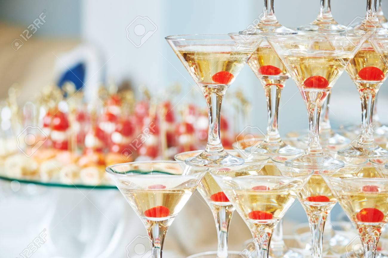Champagner Oder Alkoholische Getränke Pyramide Auf Veranstaltung ...