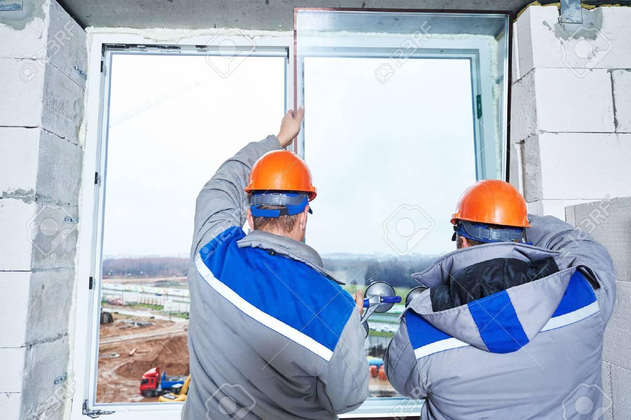 männlich industriebauer arbeiter auf der fenstereinbau in der