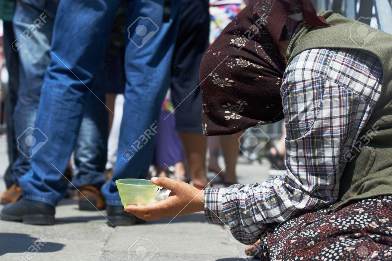 乞食の人々 と貧困。物乞いや街でお金慈善を求める女性のホームレスの ...