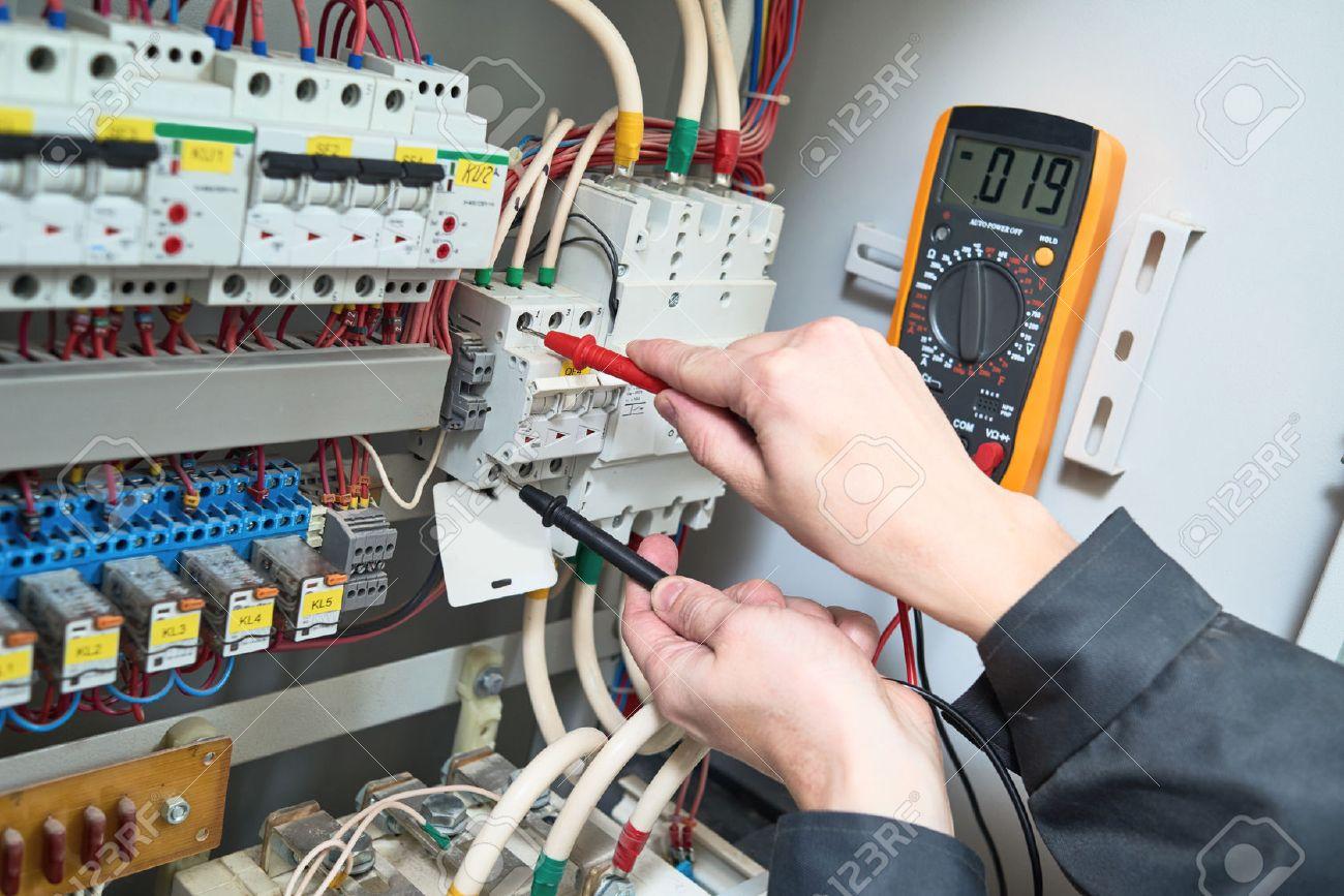 Elektriker Arbeitet Mnnlich Techniker Untersuchen Fusebox Mit Dc Fuse Box Digital Multimeter Ac Tester