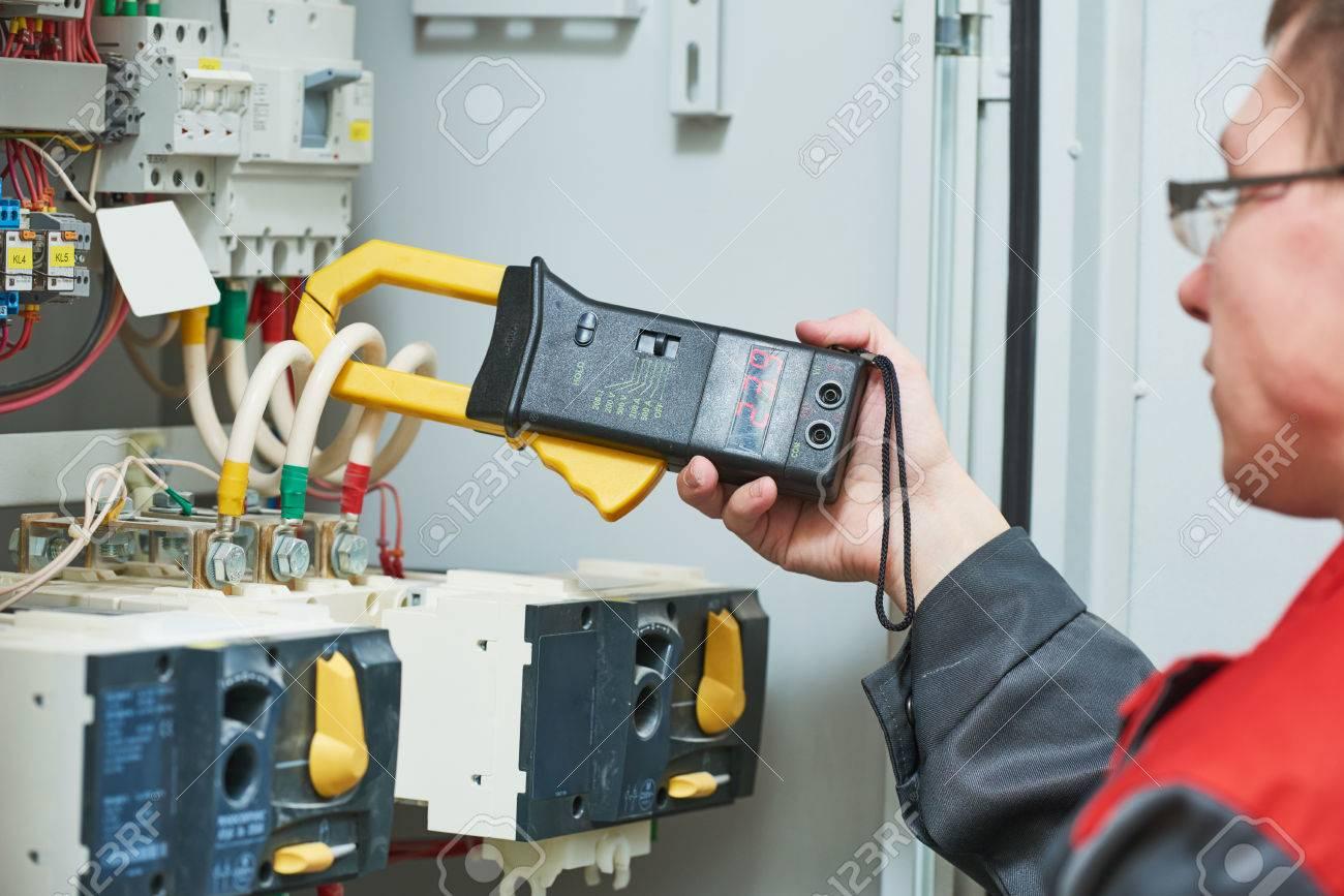 Elektriker Arbeitet Mnnliche Techniker Prfen Fusebox Mit Dc Fuse Box Digitalmultimeter Klemme Ac Tester Standard