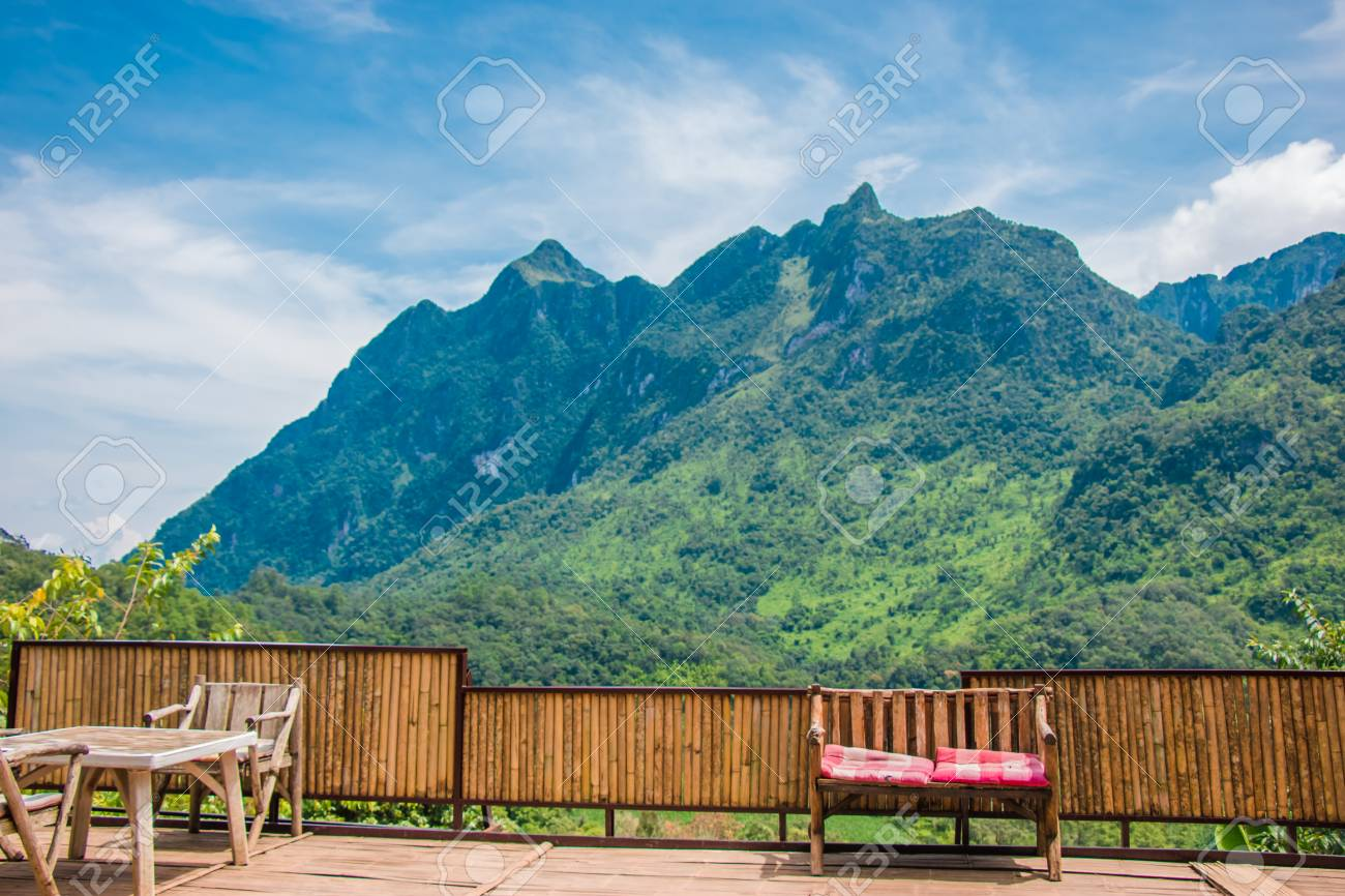 Banco En La Terraza En La Gran Montaña
