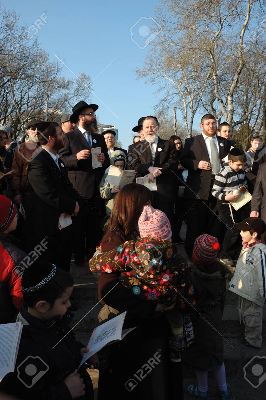 Odessa, Ukraine, April 8,2009 -Jewish community read Torah and make sun blessing (Birkat Hachama).Jewish believe that the sun completes it solar cycles of 28 years.   Stock Photo - 9144372