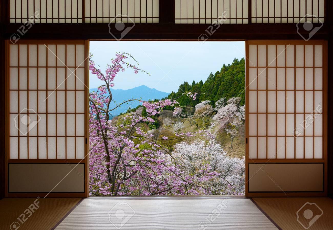 Puertas Correderas Japonesas Y Bello Paisaje De Arboles De Cerezo En - Puertas-japonesas-deslizantes