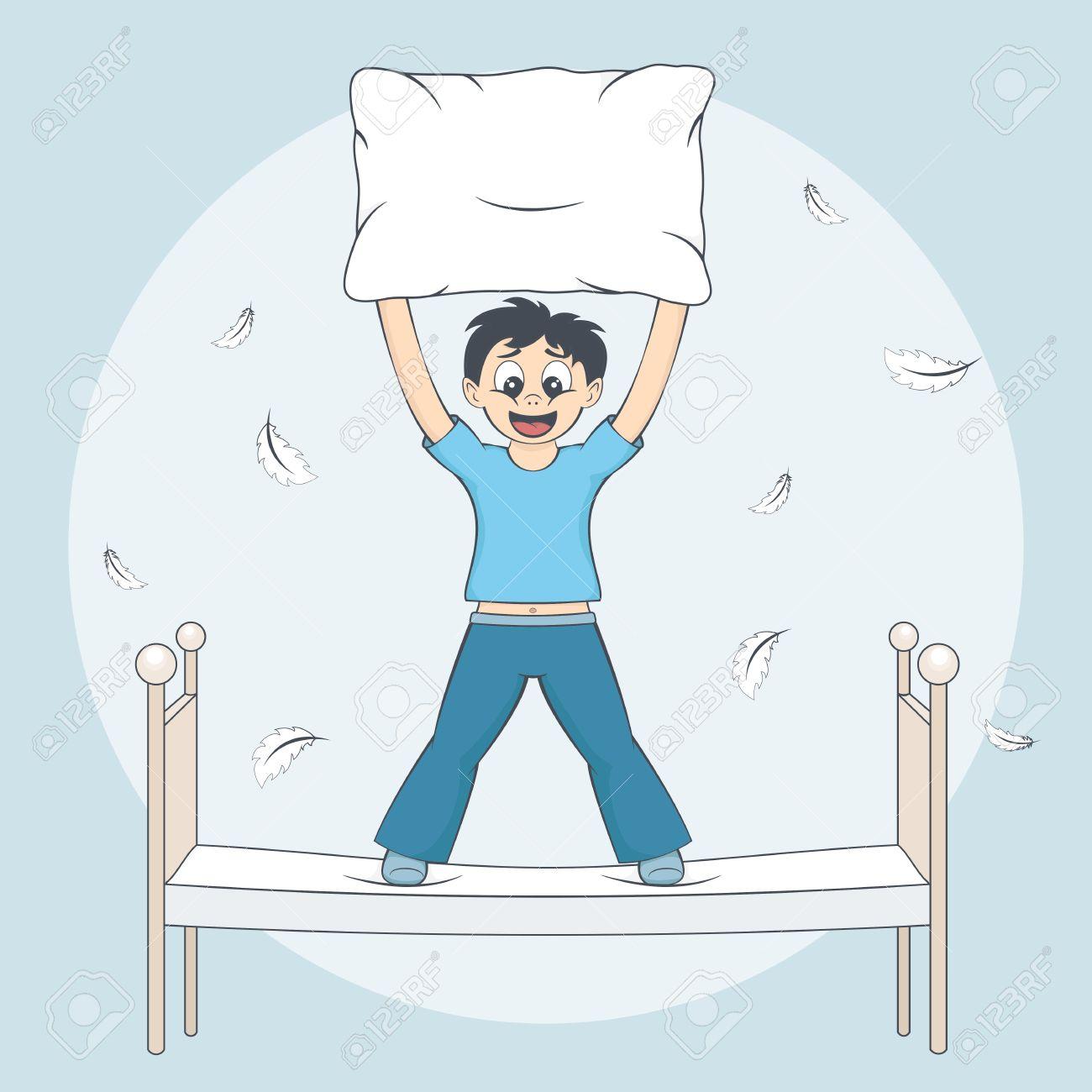 0151e90f2f Boy en pijama comienza pelea de almohadas. Plumas vuelan alrededor de la  cama. Niño