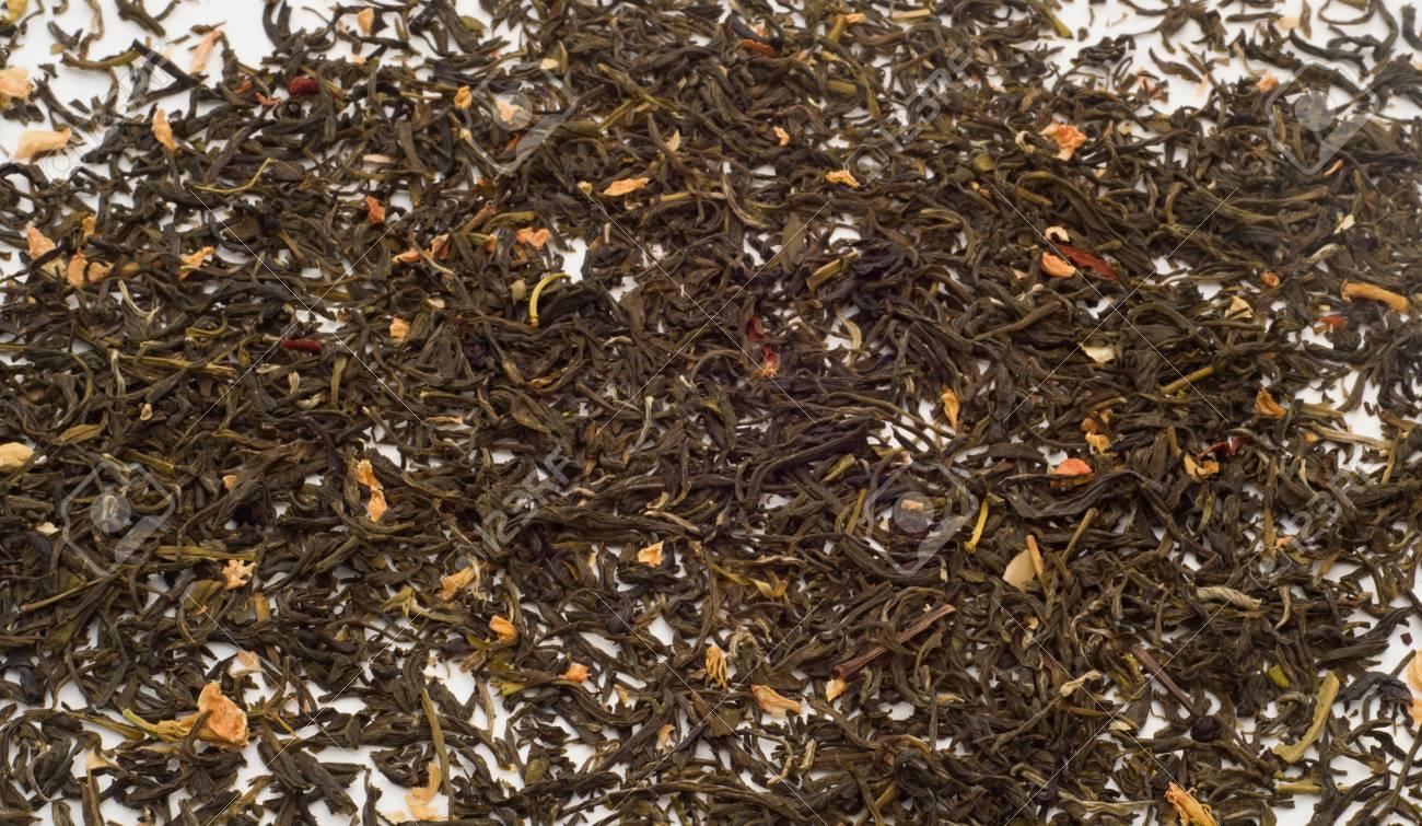 le thé vert en vrac laisse avec des fleurs de jasmin banque d