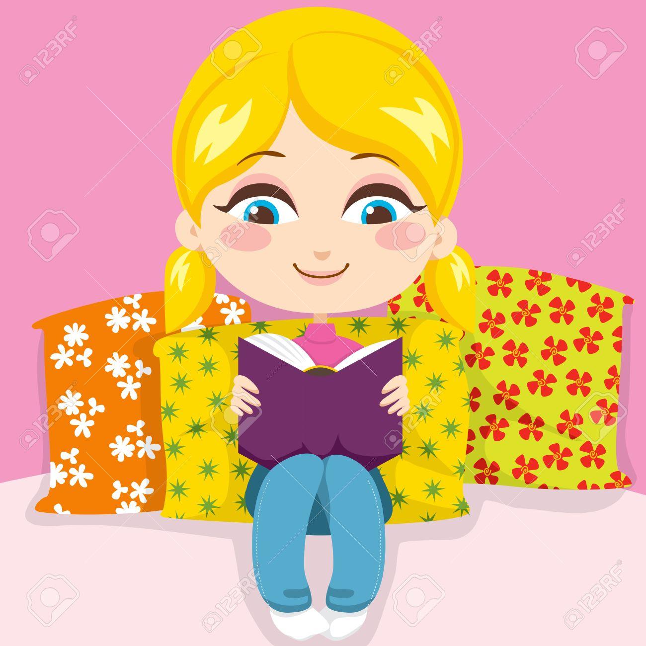 Cute Little Girl Blonde Souriant Lire Un Livre Tres Interessant Siegeant En Oreillers
