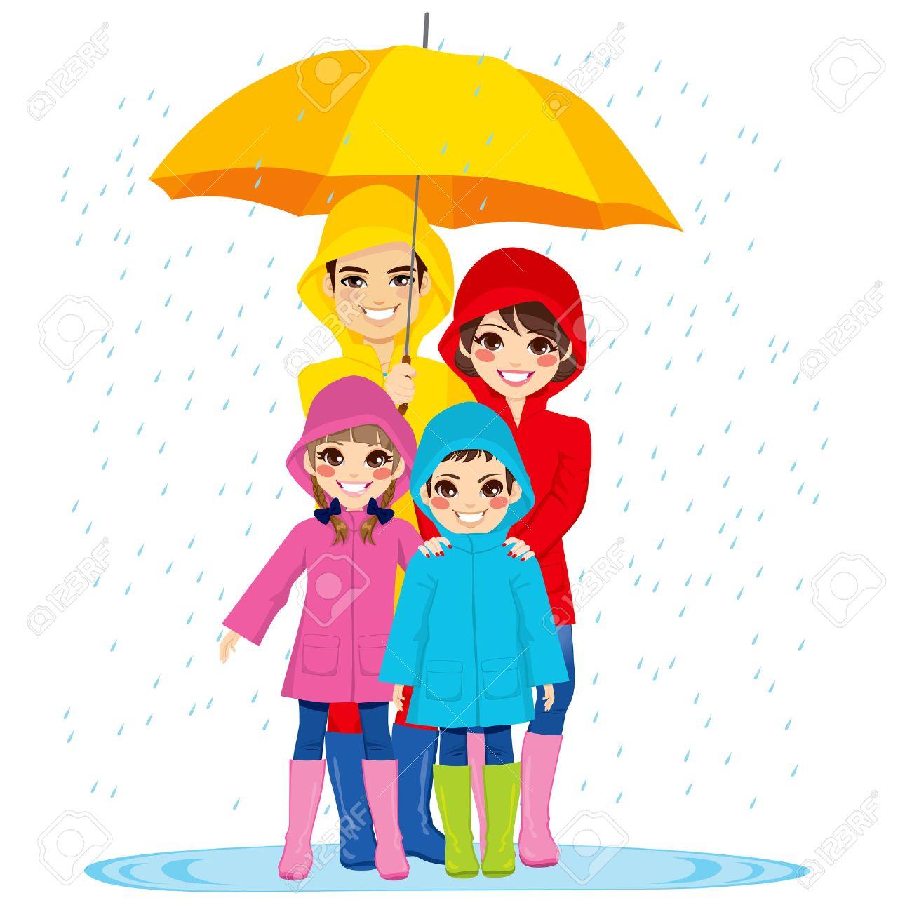 Familia Feliz Con Impermeables Bajo Grandes Paraguas En Día De