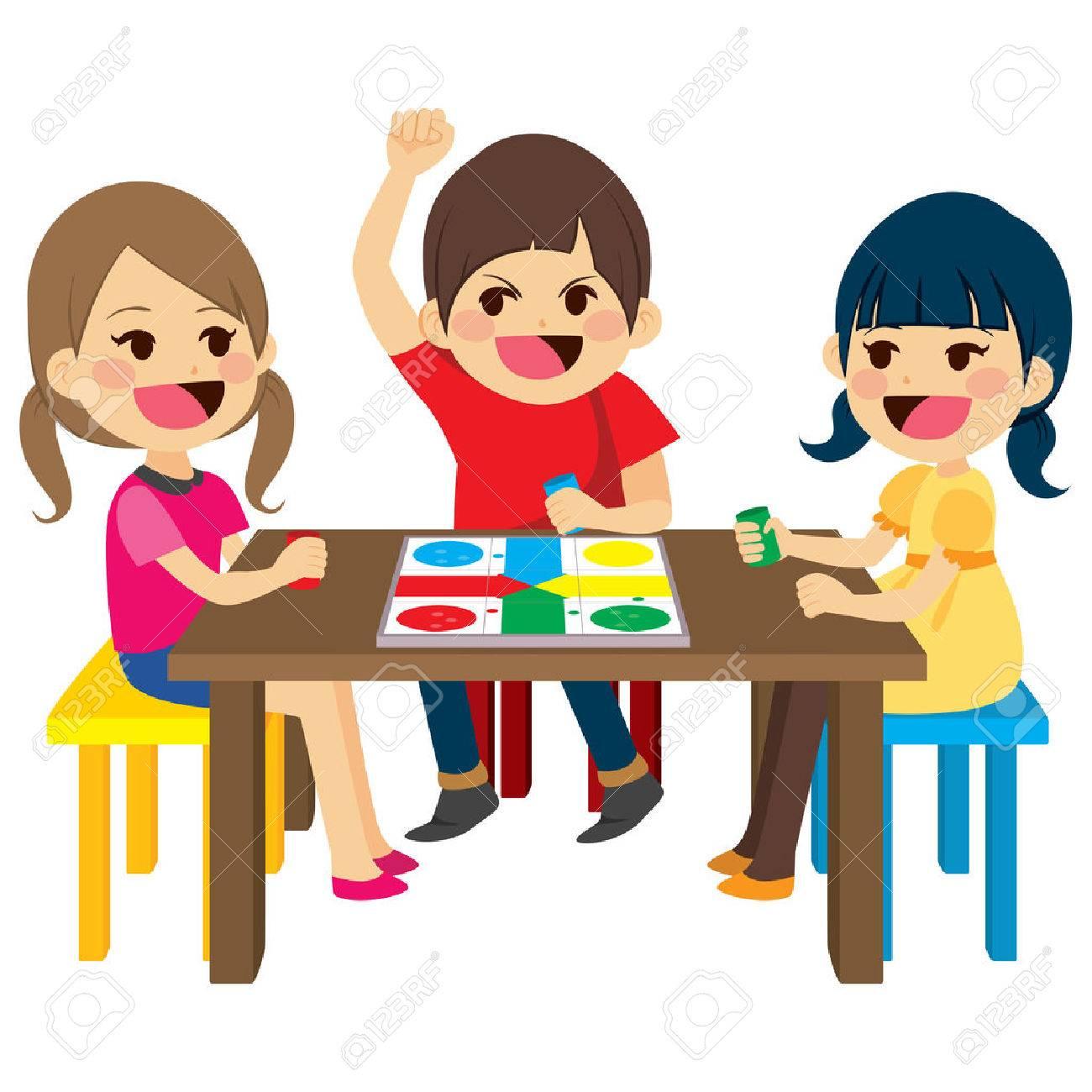 Tres Amigos Felices Ninos Sentados Juego De Mesa De Juego
