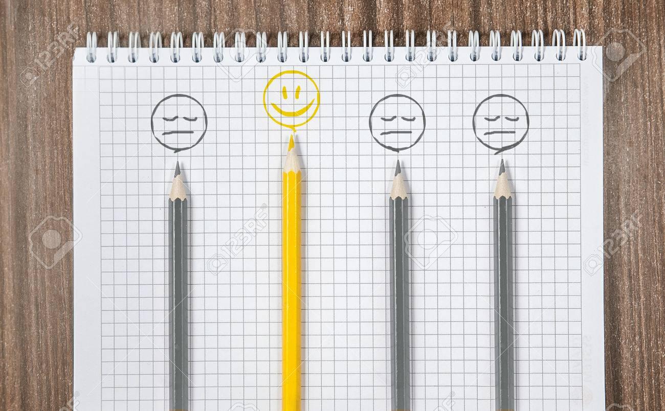 Bleistifte Frohlich Gelb Lacheln Unter Den Traurigen Grauen Lacheln