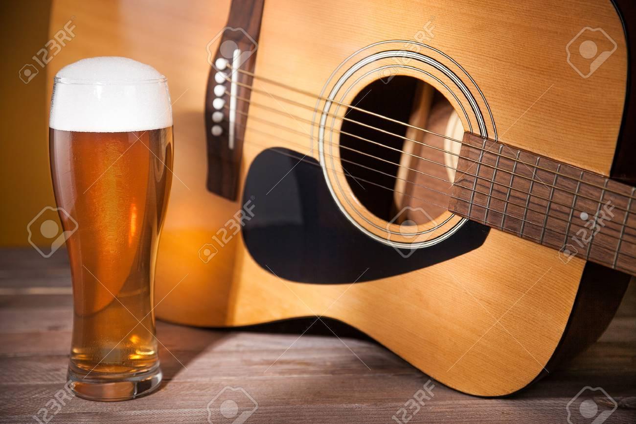 Verre De Biere Avec La Mousse Pres De La Guitare Acoustique Sur