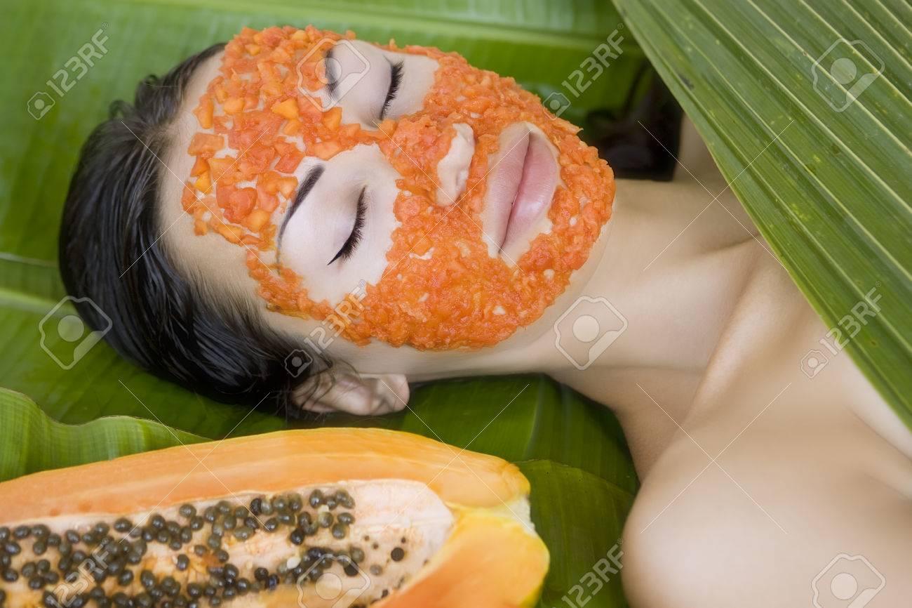Mooie Blanke Vrouw Met Verse Papaya Natuurlijke Gezichtsmasker ...