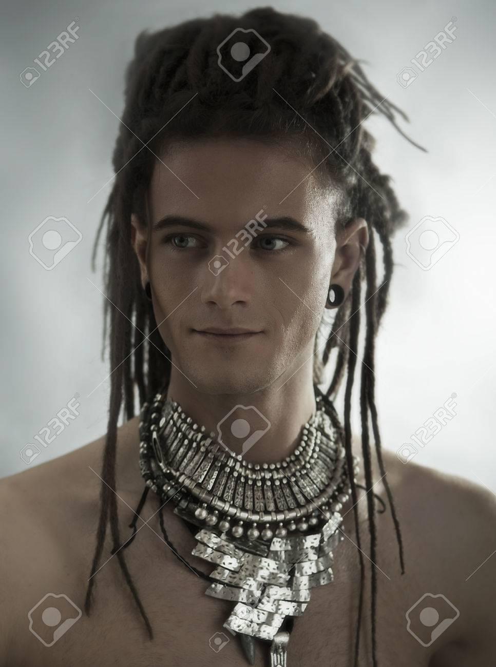 collier homme visage