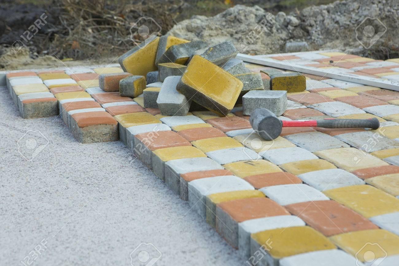Mozaiek Tegels Tuin.Het Leggen Van Tegels Met Mozaiek Close Up Weg Bestrating De Bouw