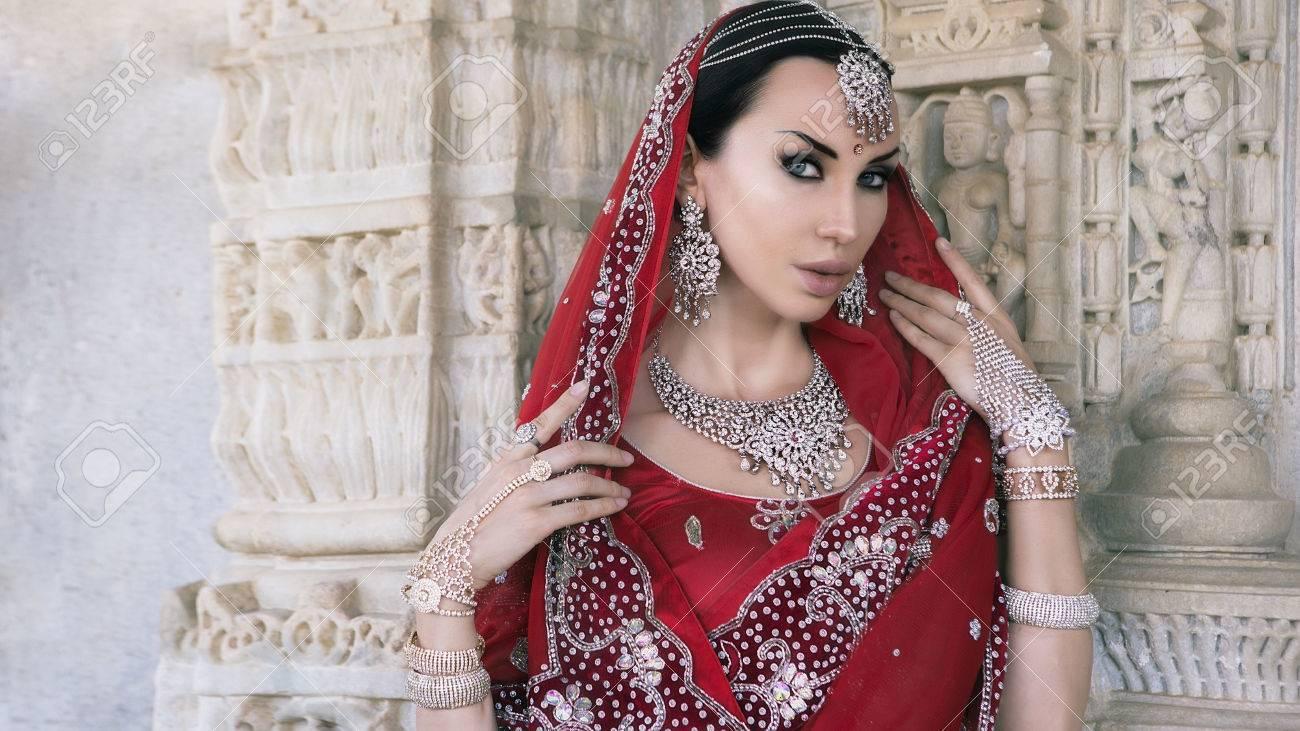Schöne Maharani. Junge Indische Frau In Der Roten Braut Sari ...