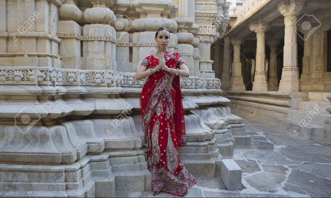Schöne Maharani. Namaste. Indische Frau In Der Roten Braut Sari ...