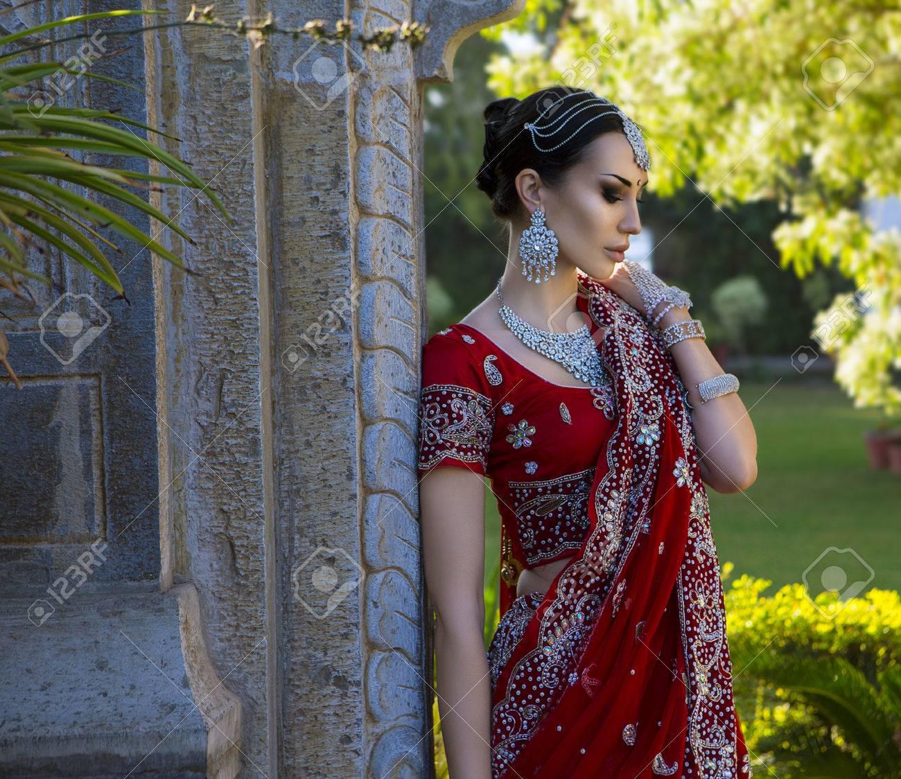 Groß Empfang Sarees Für Indische Hochzeiten Galerie - Brautkleider ...