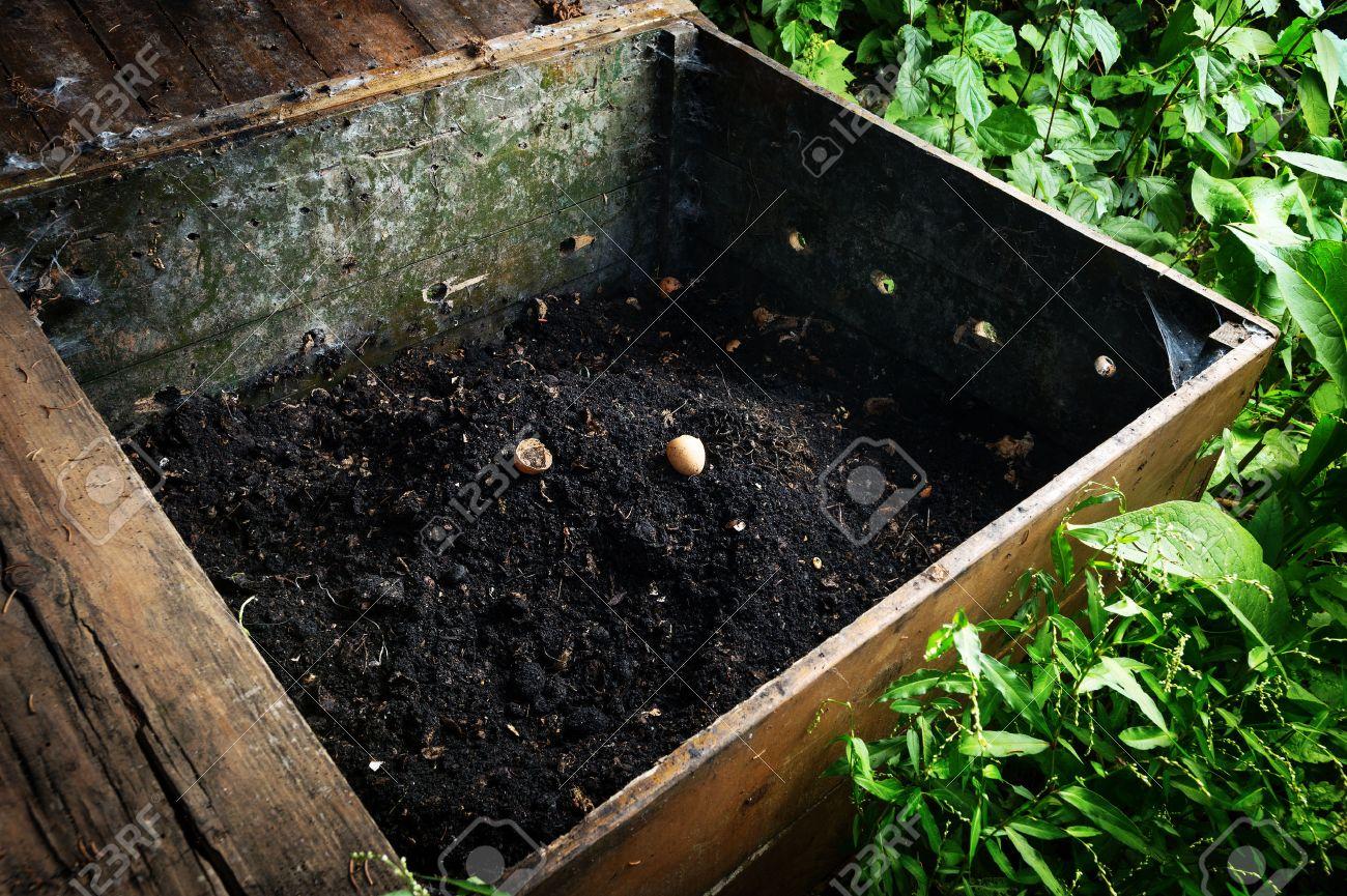 Planter Dans Une Caisse En Bois prêt tas de compost fait dans une caisse en bois