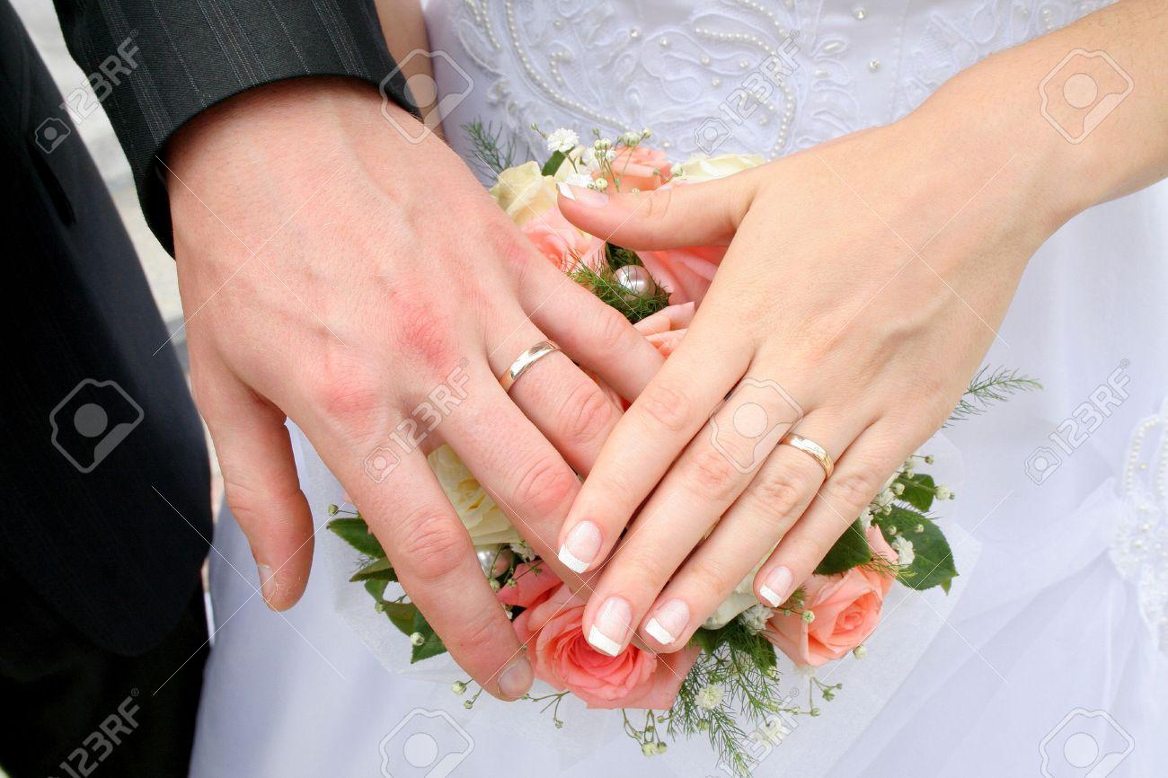 Célèbre Main Le Marié Et La Mariée Avec Bagues De Mariage Banque D'Images  DH59