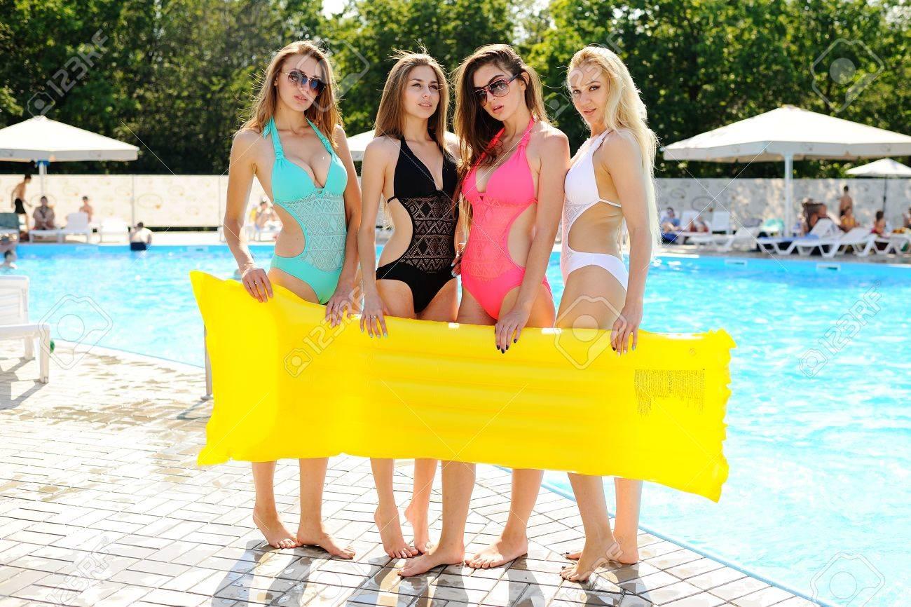 Cuatro Amigas Atractivas En Traje De Baño De Colores Con Amarillo