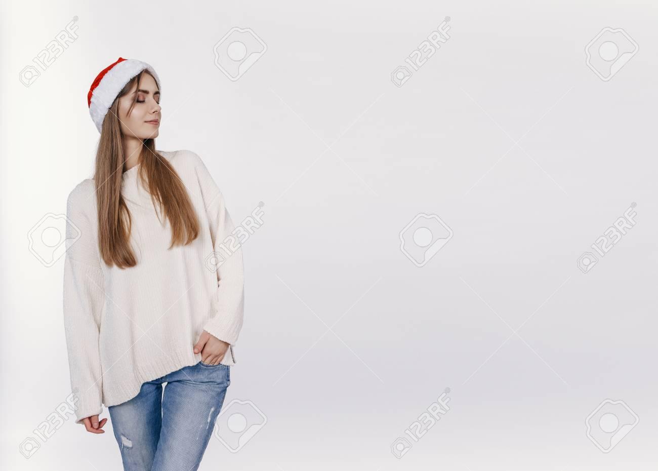 Image De Noel Fille.Potrait Complet Moyen De Femme Au Bonnet De Noel Fille Redoute A Propos De Son Cadeau A Noel Jolie Jeune Mannequin Avec Des Cheveux Longs Blonds De