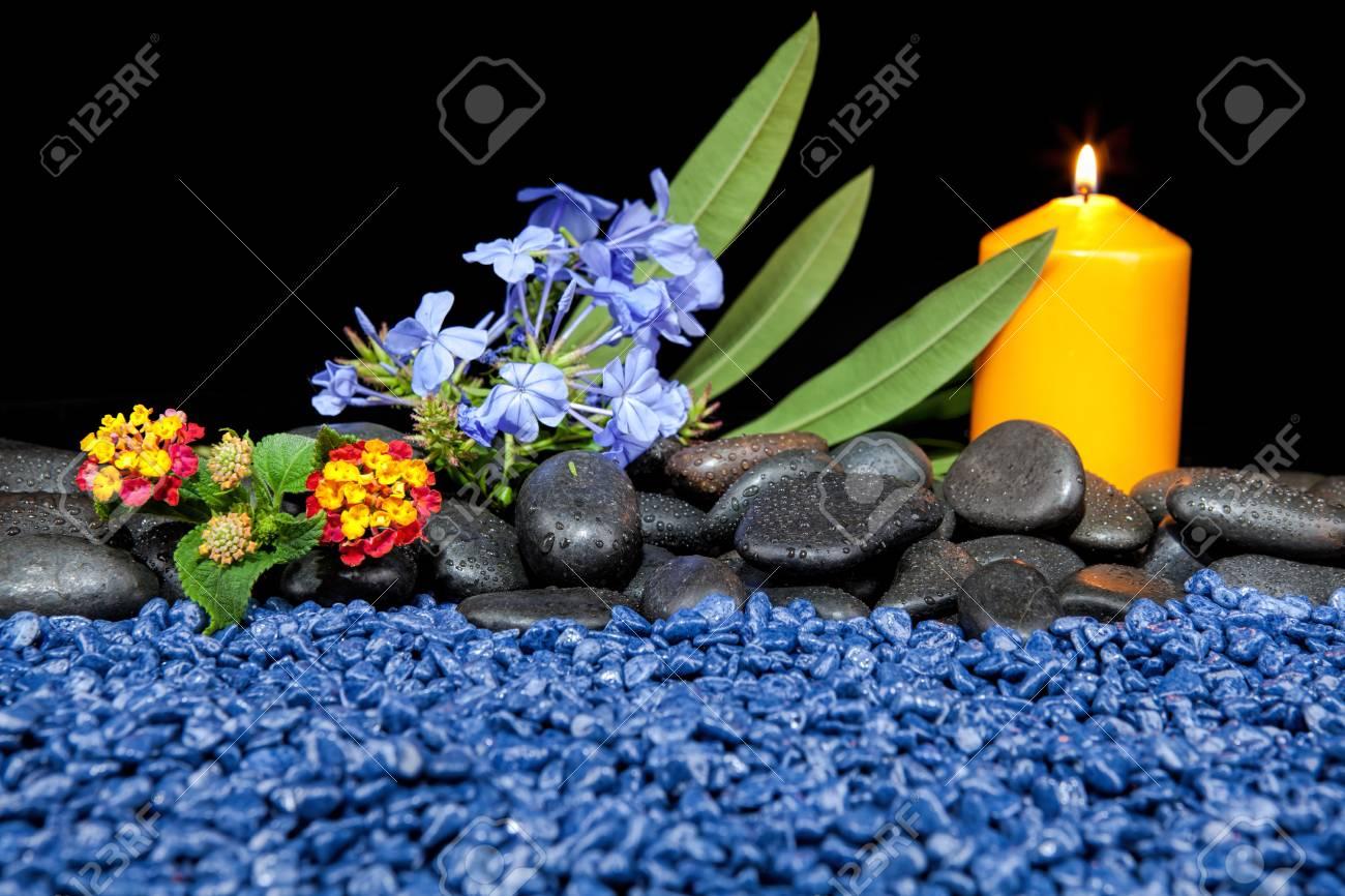 Decoration De Spa à décoration de spa avec des pierres et des bougies sur un fond noir
