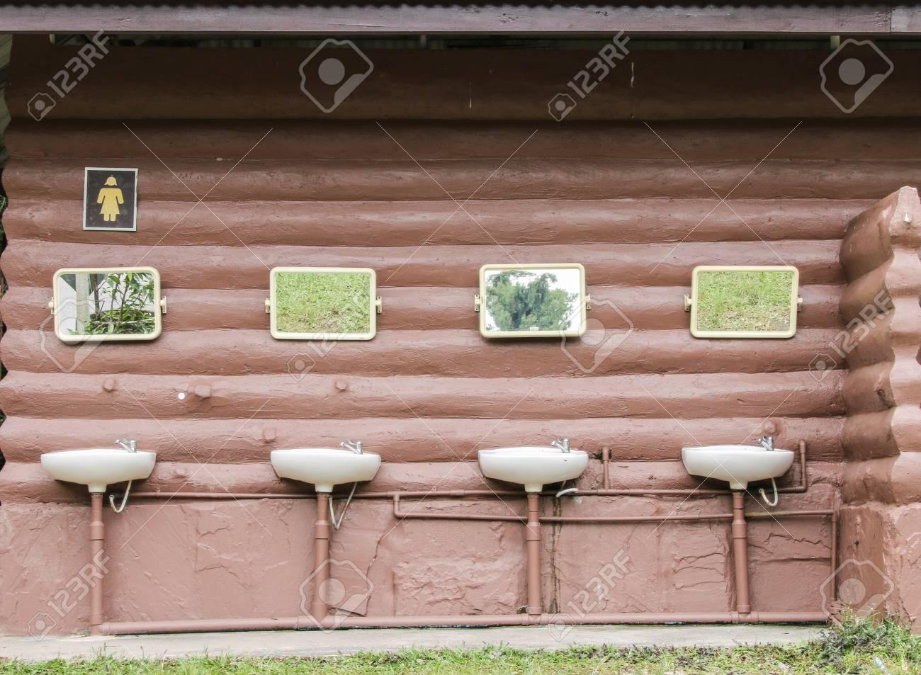 Badezimmer (englisch: Bad) Ein Raum, Der Für Die Persönliche Hygiene ...