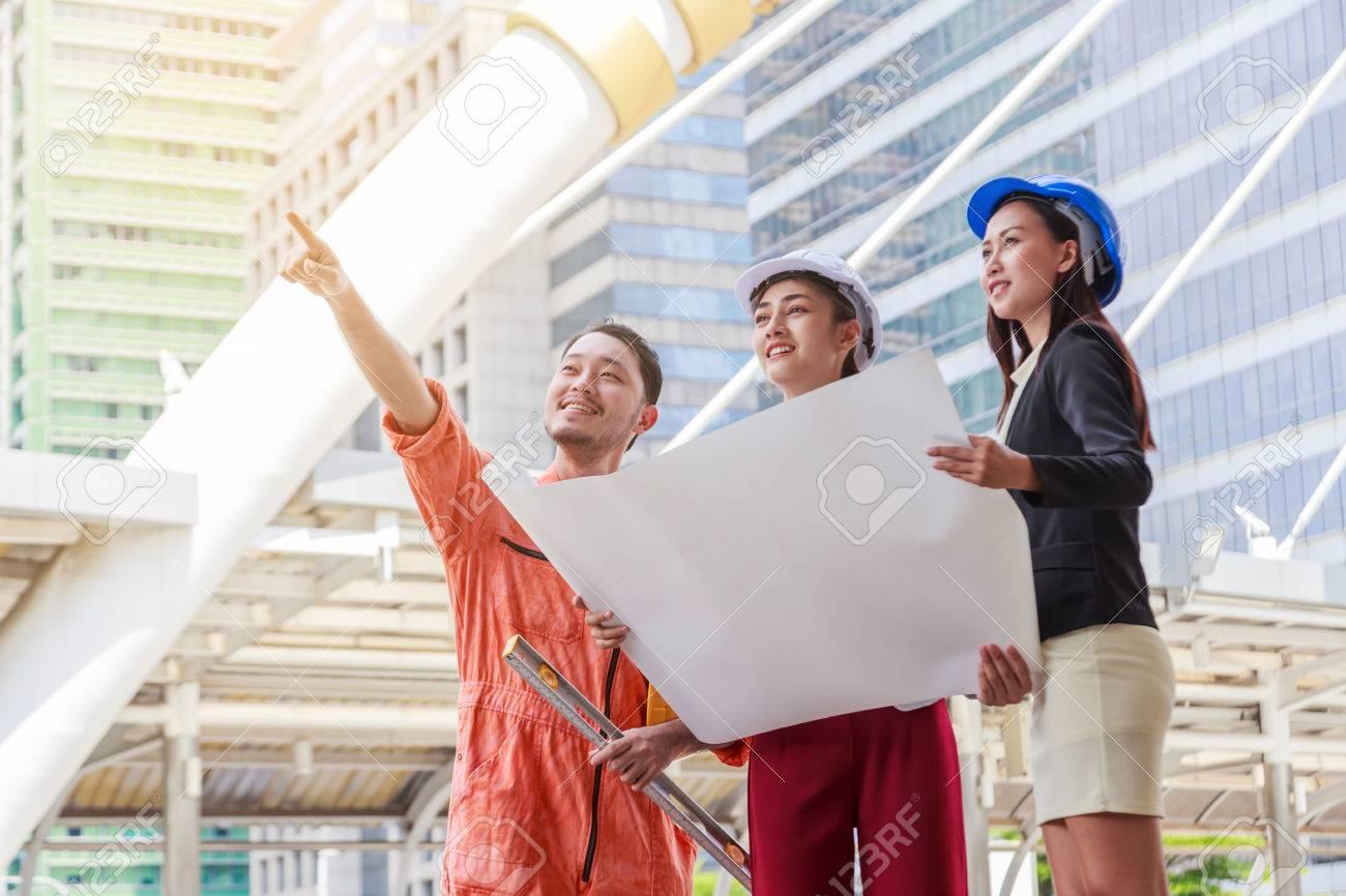 Entzückend Architekt Suchen Dekoration Von Ingenieur Oder Team Und Arbeiter Papierpläne Auf