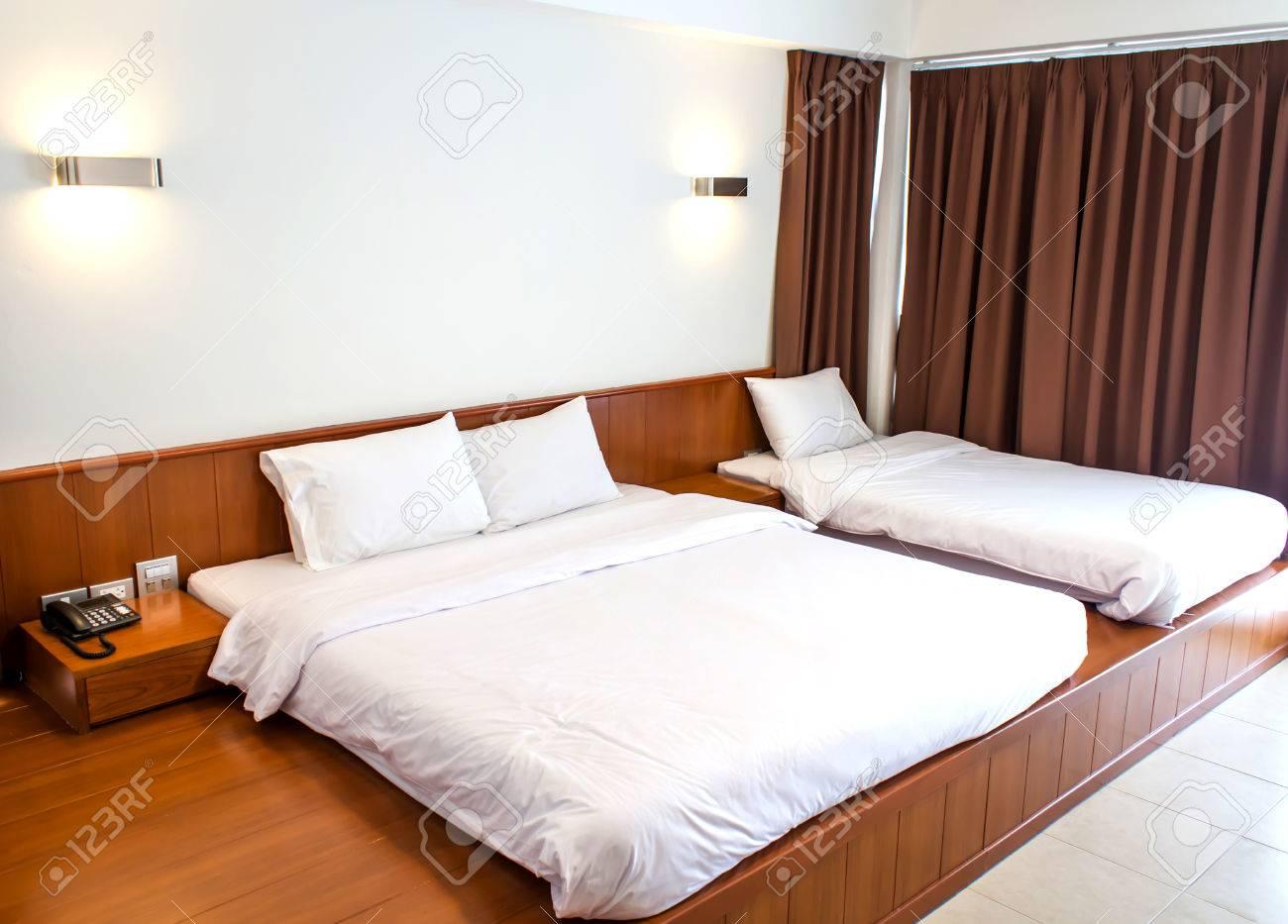 Lit King Size Dans Une Chambre D\'hôtel De Luxe Avec Deux Lits ...