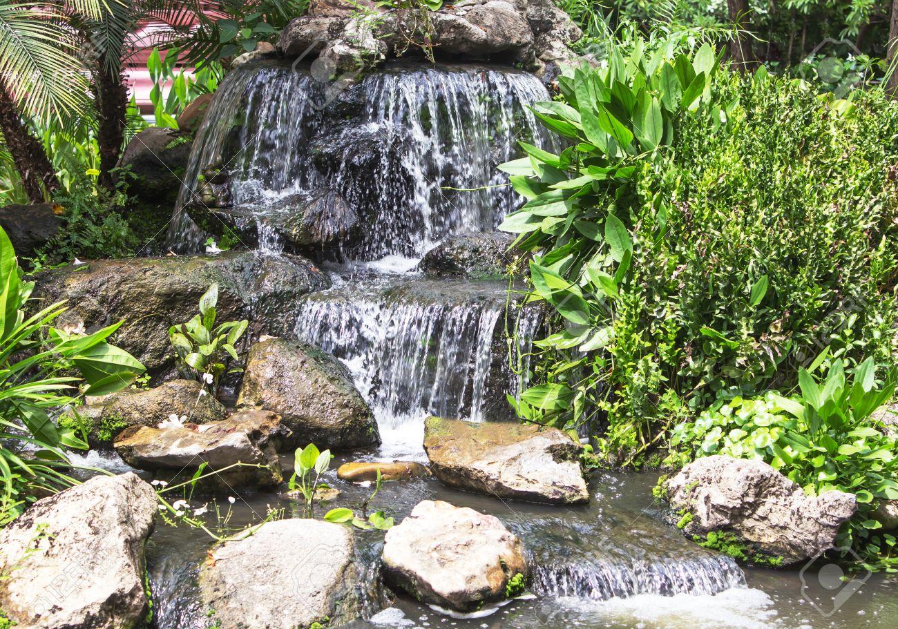 Landschaftsgestaltung  Landschaftsgestaltung - Ein Stein Wasserfall Und Teich Im Park ...