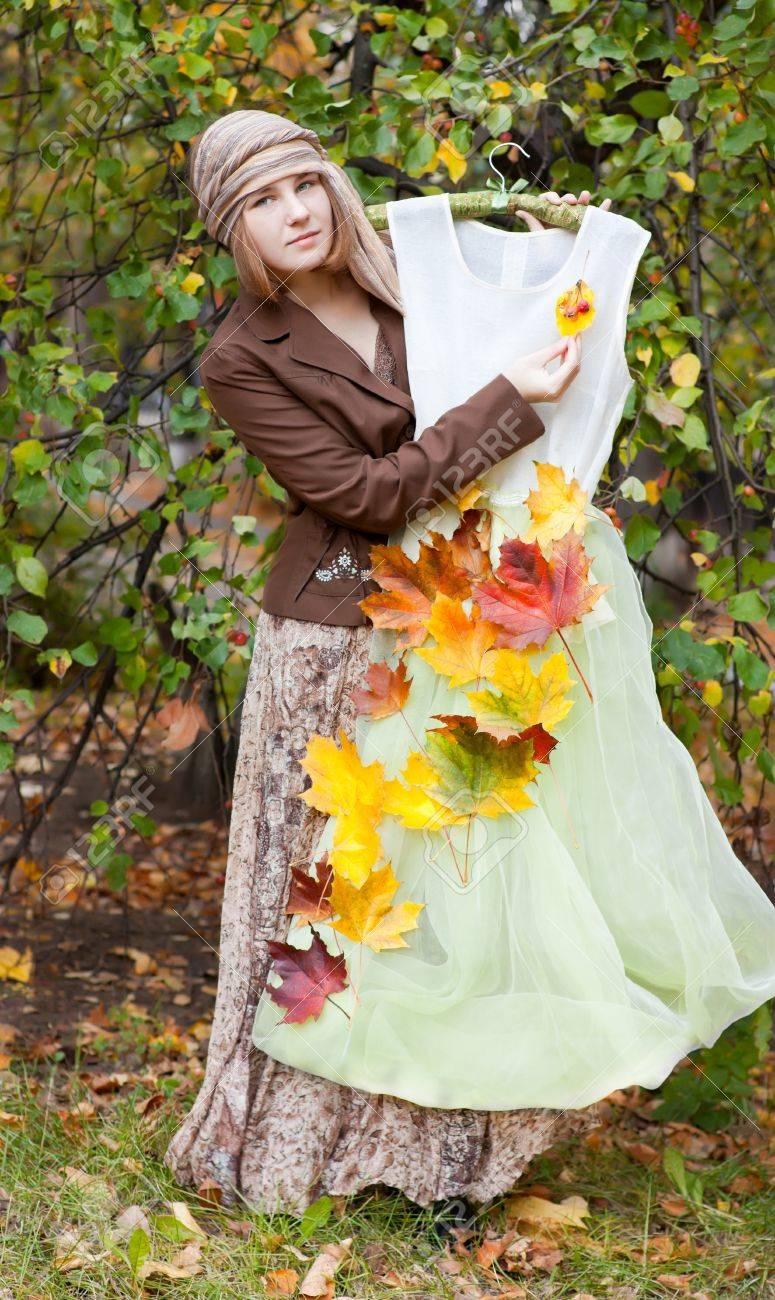 Kostum Fur Den Herbst Frau In Vintage Kleid Lizenzfreie Fotos