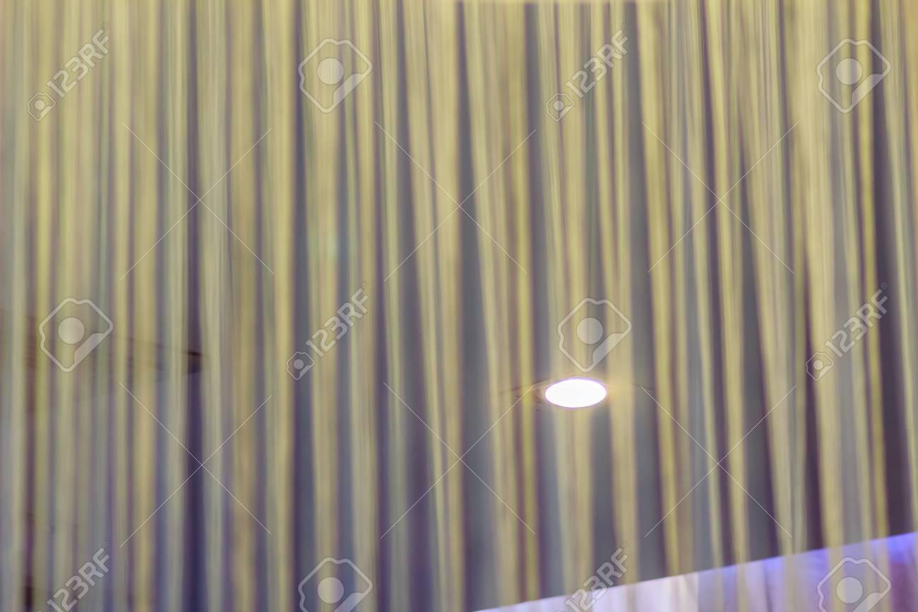 Standard Bild   Weiße Vorhänge Garn Gegen Die Runde Weiße Lampe Für Lobby  Und Wohnzimmer Inneneinrichtung Konzept.