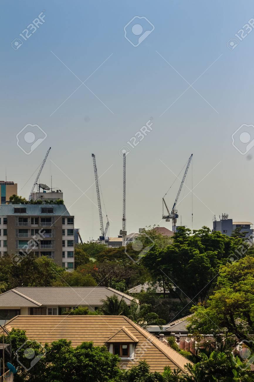 Vista De La Grúa De Torre De Plumín Luffing En El Sitio De ...