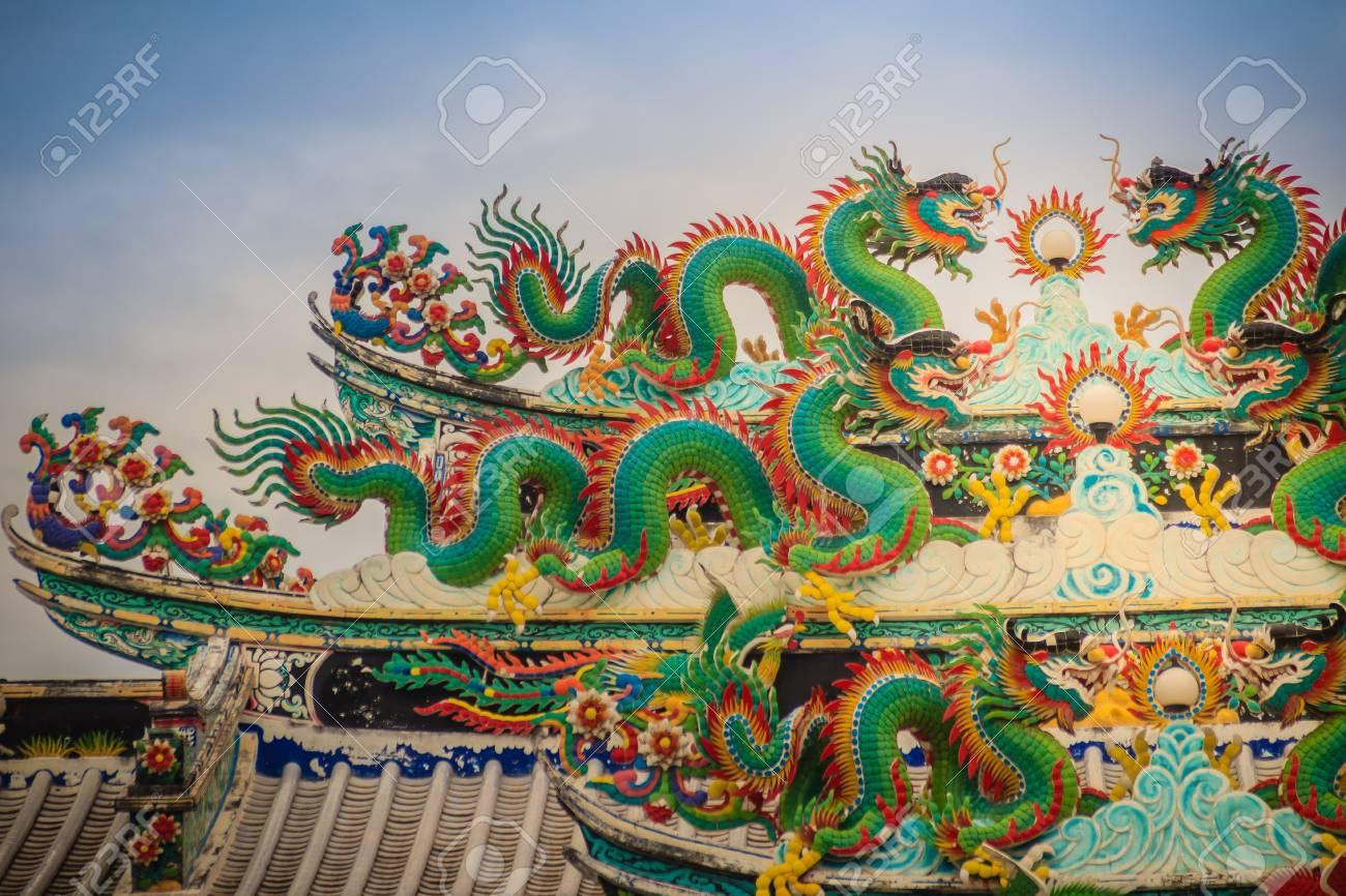Coloridas Estatuas De Dragón Chino En El Techo En El Templo Chino