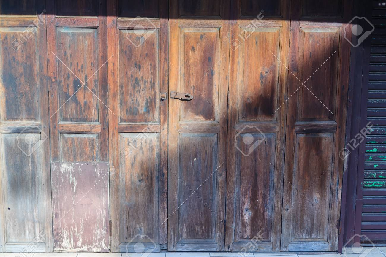 Vecchia priorità bassa di legno antica della porta dell\'oscillazione.  L\'annata di vecchia struttura di legno delle porte a soffietto. Porte a  battenti ...