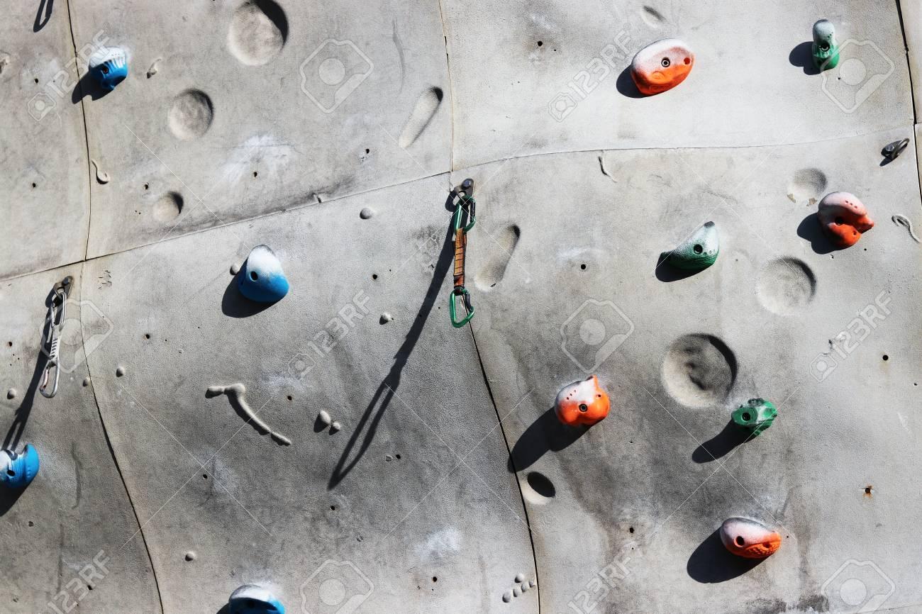 close up schuss von griffe für hände auf einer kletterwand in der