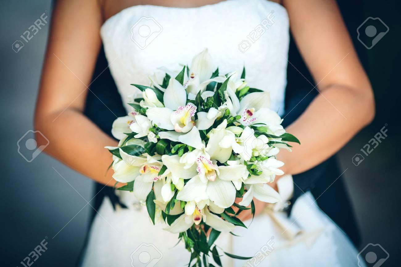 Brautstrauss Mit Weissen Lilien In Den Handen Der Braut Lizenzfreie