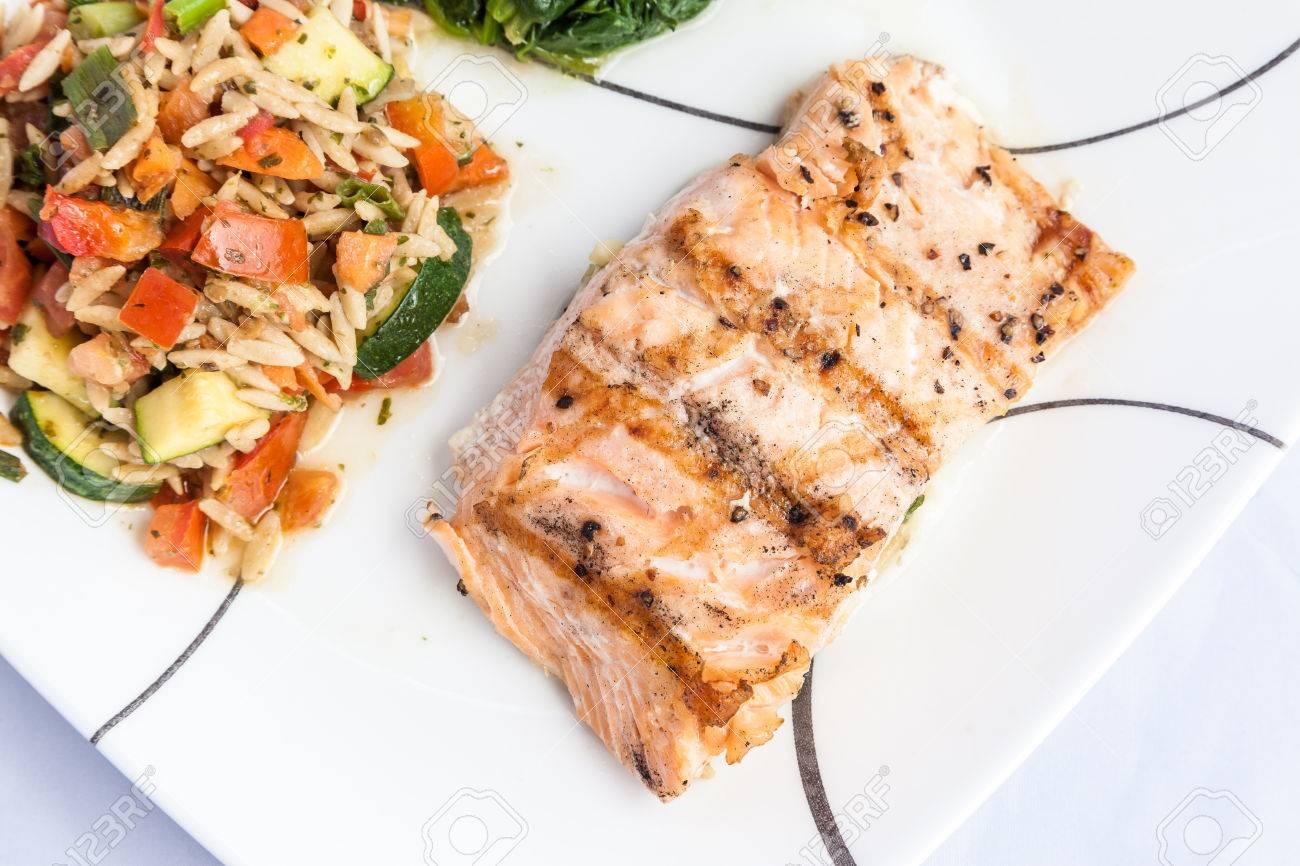 gesundes menü - leckere grill lachs mit beilagen lizenzfreie fotos