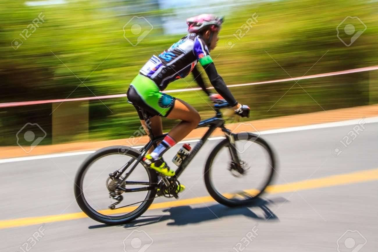8287cd93c1 Foto de archivo - Movimiento borroso del ciclista andar en bicicleta en la  competencia de bicicleta de montaña