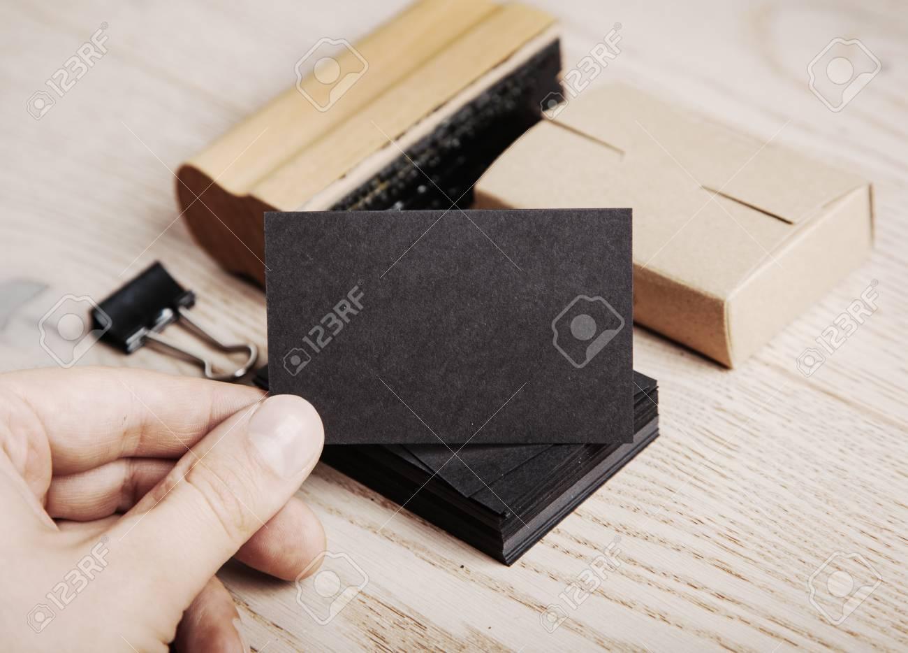 Homme Tenant Une Carte De Visite Noire Papier Kraft Ensemble D