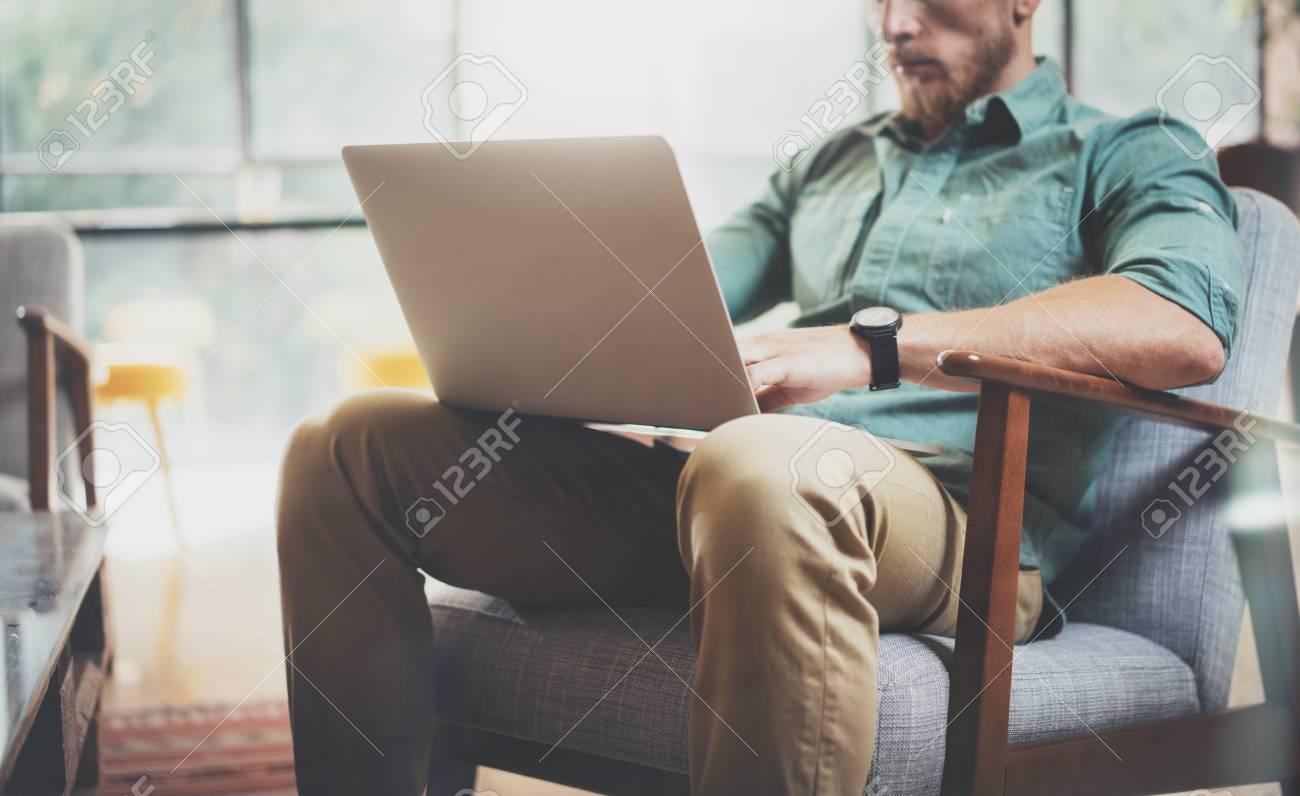 Stilvolle Geschäftsmann Arbeiten Laptop Moderne Innenarchitektur ...