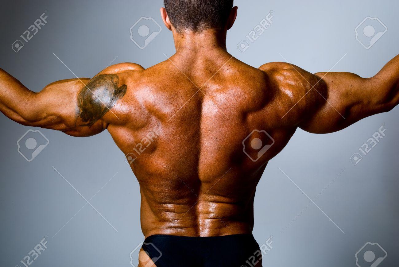 Tatouage Épaule Homme tout l'homme dos musclé avec un tatouage sur son épaule. banque d'images