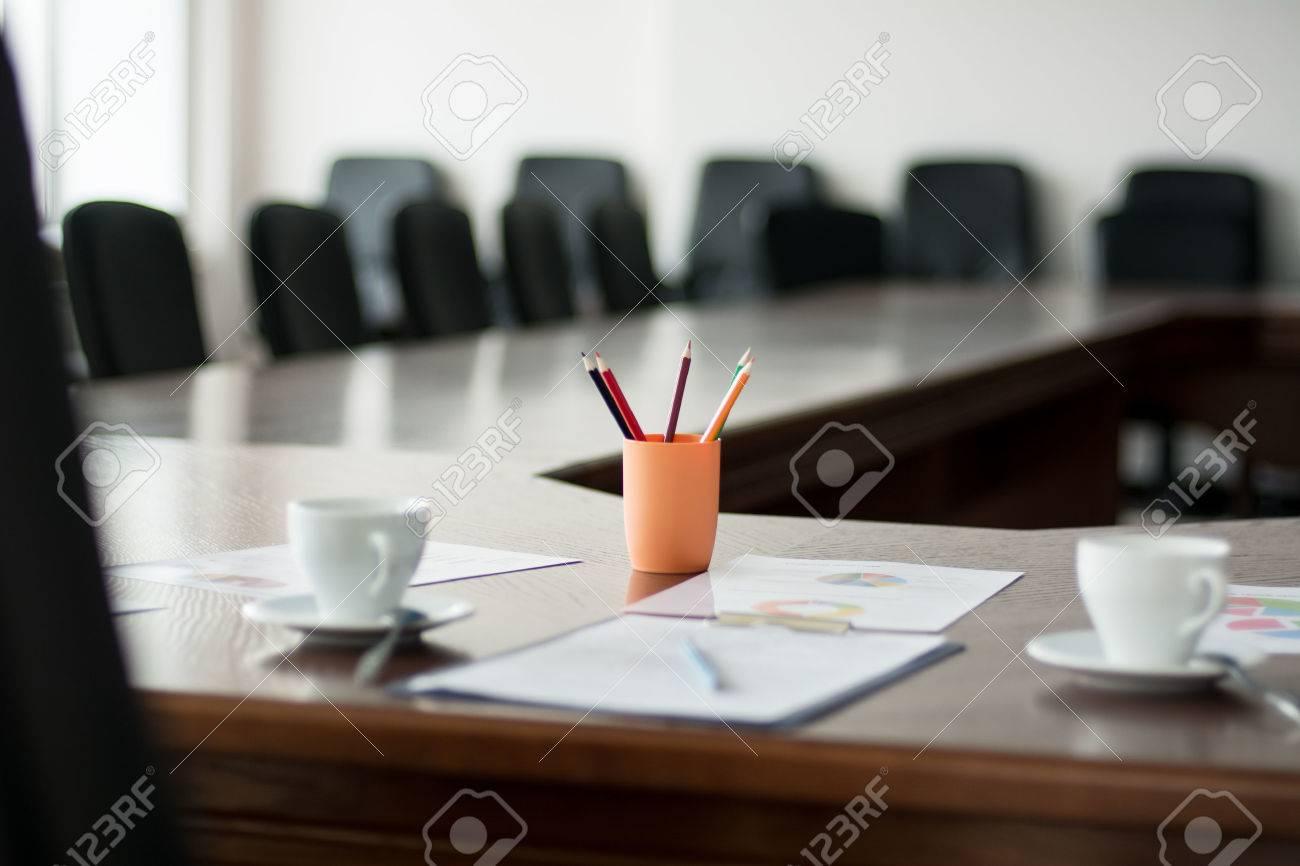 Tavolo Sala Riunioni.Primo Piano Sala Riunioni Con Un Grande Tavolo I Documenti Cartacei Grafici Tazze Per Il Caffe E Matite Colorate