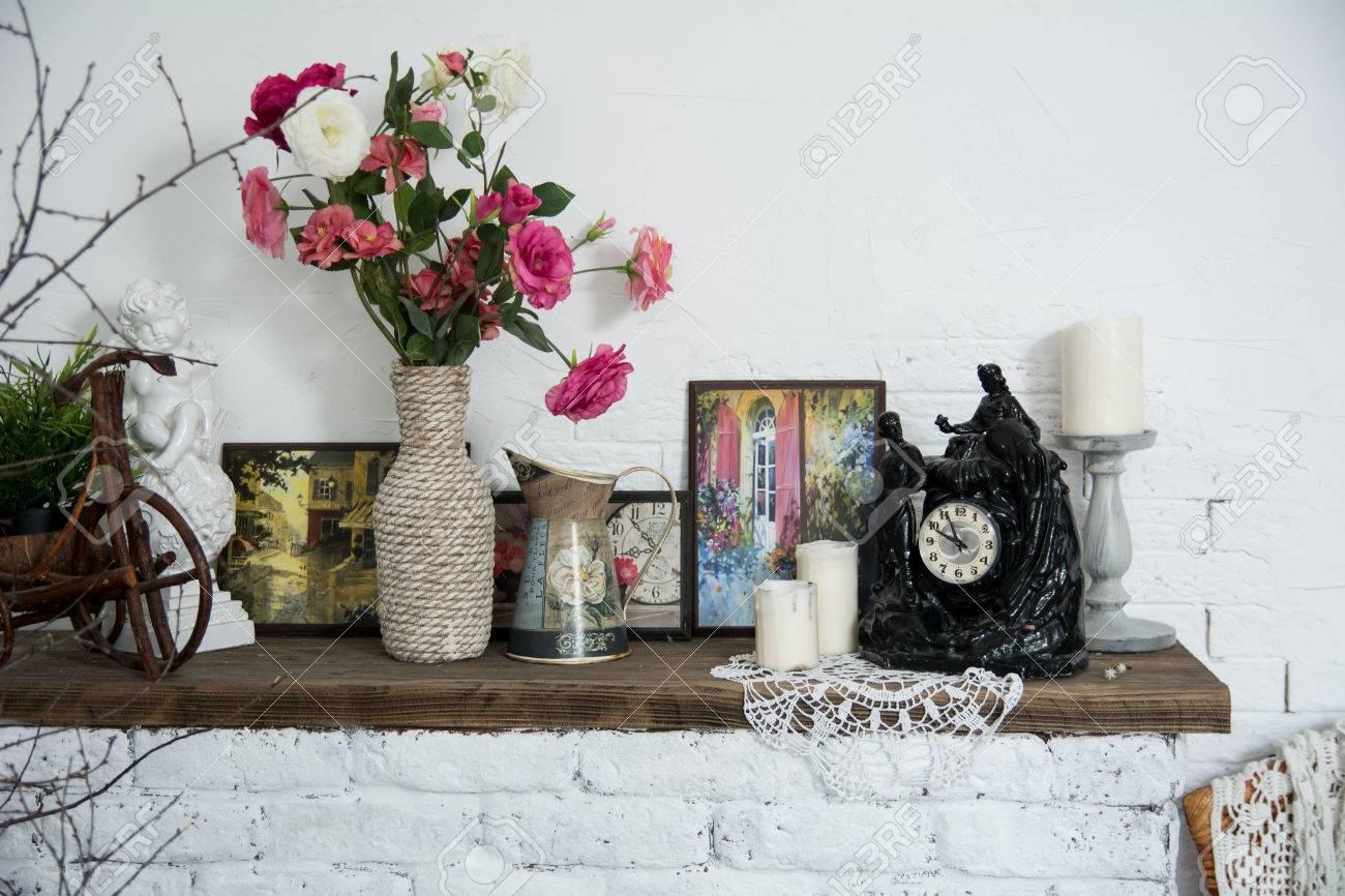 Interior Design Vasen Mit Blumen Und Kerzen Uhr Gemauerten Kamin. Vintage  Interior Bild Für Eine